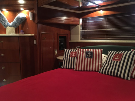 bedroom of 54ft carver boat rental in panama