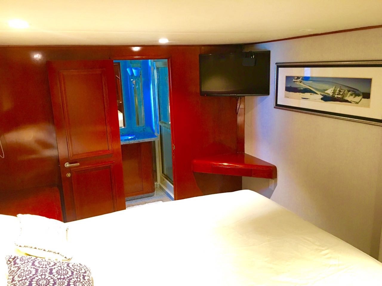 bedroom of 105ft broward yacht for charter in panama