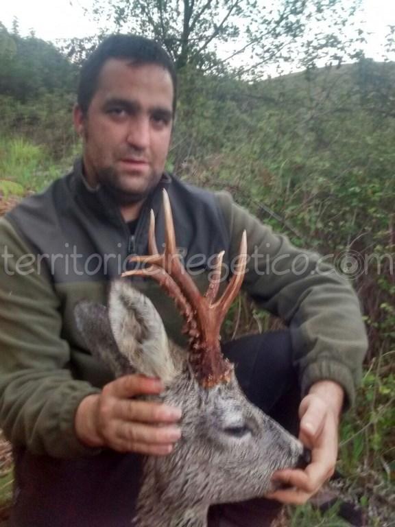 César Reyes con un bonito corzo