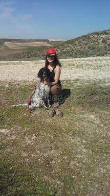 Raquel del Amo y su perro a la menor