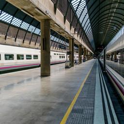 train-in-urban-train-station-SZ3Z2NG.jpg