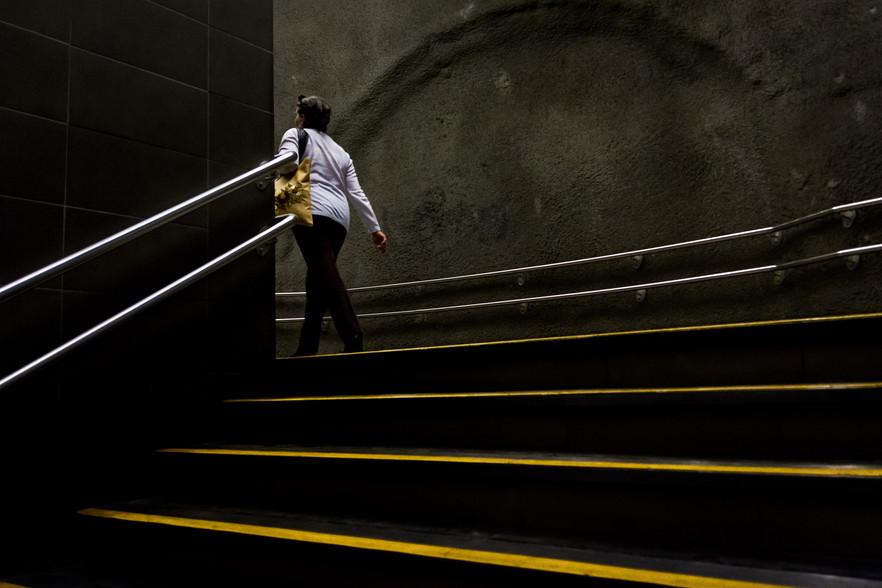 La mujer que sale del metro