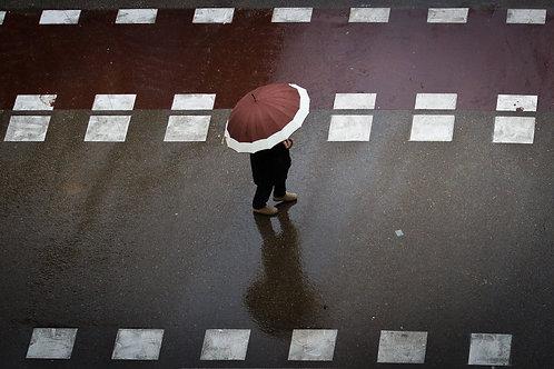El hombre del paraguas marrón