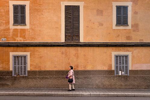 La mujer del abrigo rosado