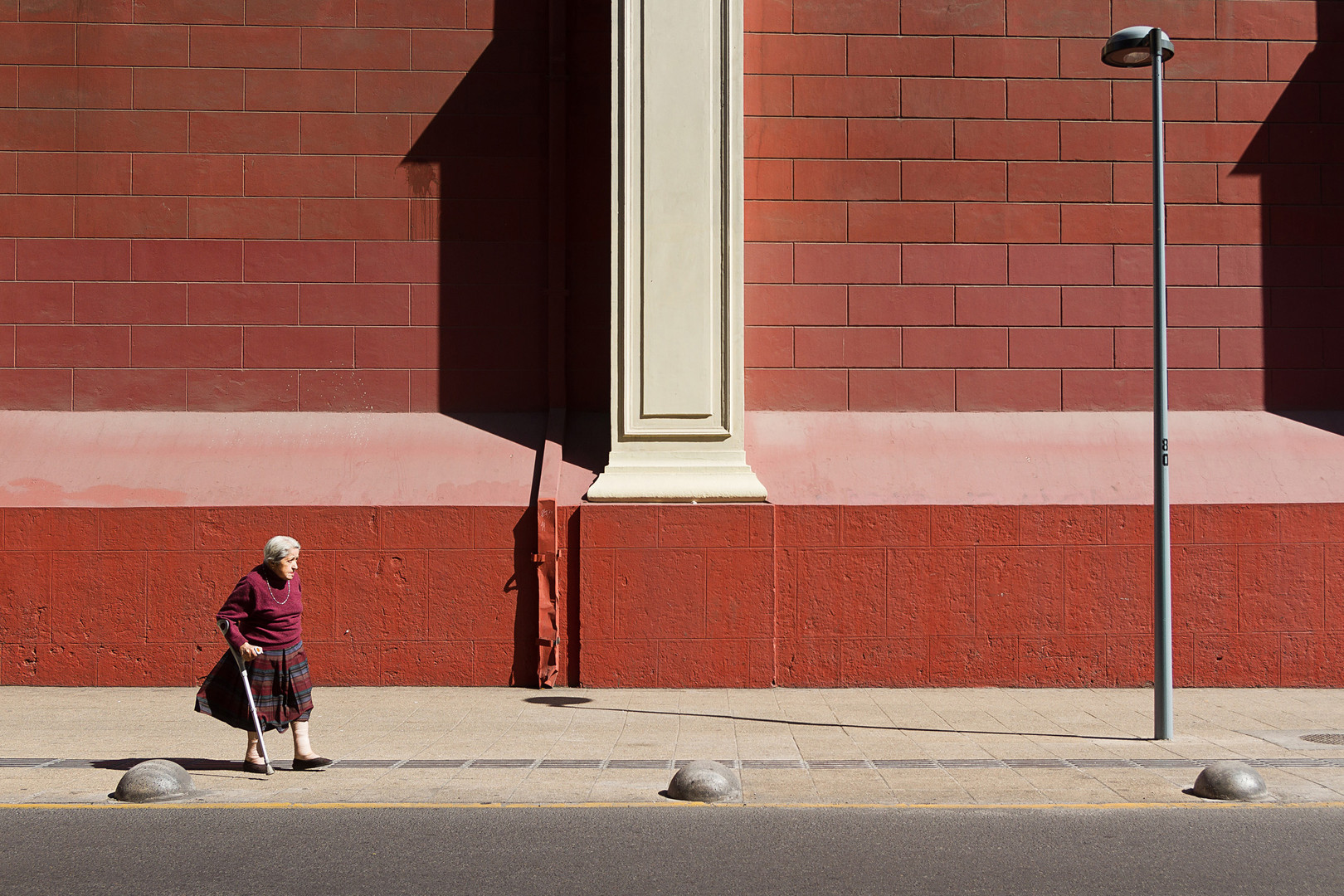 La abuela afuera de la iglesia