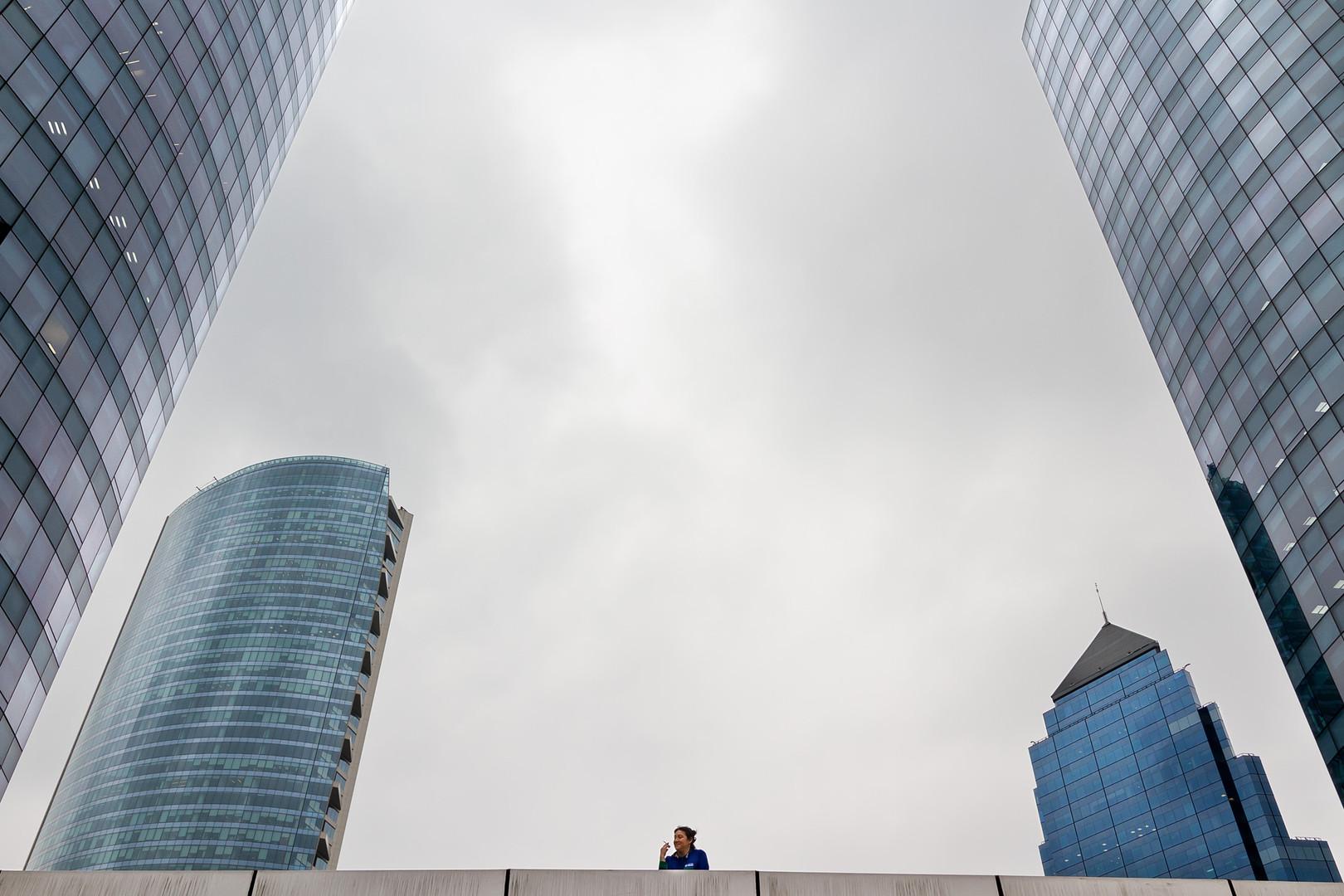 La fumadora entre los edificios