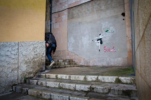 El hombre de la escalera y el graffiti de la bailarina