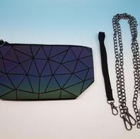 NEW! Pochette multiuso con inserti rigidi, effetto metallizzato, in vari colori. Accessori: fibbia e catenina per utilizzarla come borsa.
