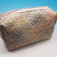 Pochette con tessuto intrecciato, personalizzabile in diversi colori e tessuti.