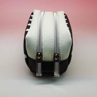 Pochette a pois, con effetto rigido e doppia tasca. Waterproof.