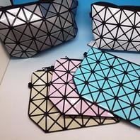 NEW! Pochette multiuso con inserti rigidi, in vari colori.