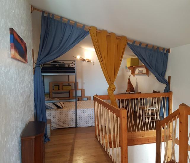 chambre mezzanine vue escalier.jpg