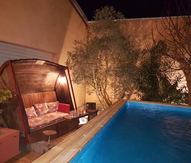 salon foudre et piscine de nuit.jpg