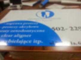 tablica reklamowa z foli ploterowej