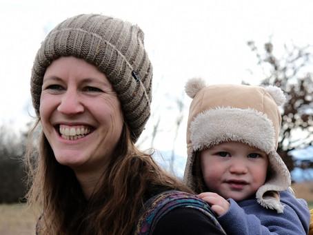 Manuela stellt sich vor: Mit dem Kind im Tragetuch werden Wege frei