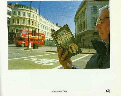 Mario Vargas Llosa leyendo el diario de