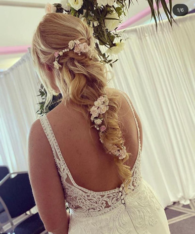 Very chic and pretty hairstyle