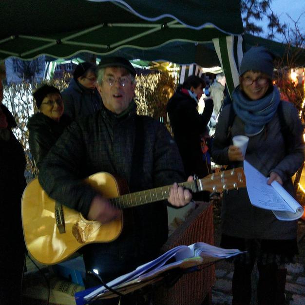 Mit Gitarre und alten Weihnachtliedern