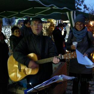 Mit Gitarre und alten Weihnachtsliedern