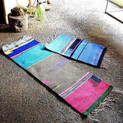 たて糸に麻、よこ糸に紡毛糸を使い、つづれ織りで織っています。