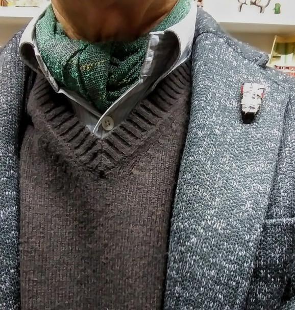 スカーフとブローチ