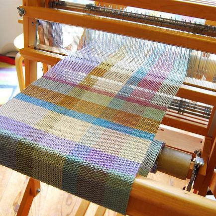 紡毛糸をたて糸よこ糸に使い平織で織っています。カラフルな色使いで部屋のアクセントにもなります。