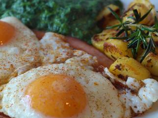 Für den Gründonnerstag: Selbstgemachter Cremespinat mit Bratkartoffeln und Spiegelei