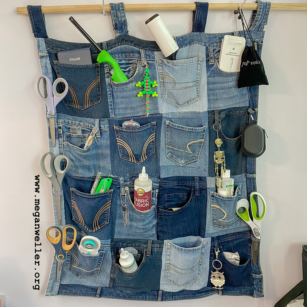 How to make a wall organizer from old jeans pockets. Things to do with old jeans. Sewing projects for beginners.