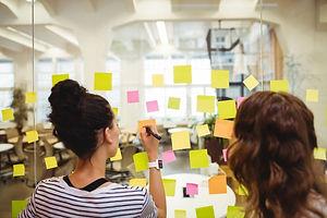 os-executivos-de-negocios-escrevendo-em-