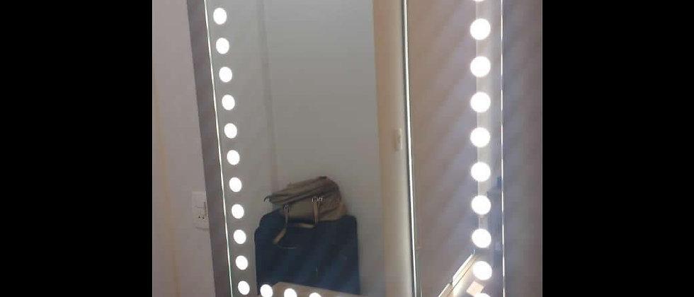 Espelho Iluminado nas medidas de 100cm x 70cm. Cód. 000044