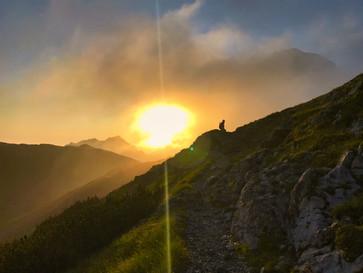 Vzhod v slovenskih gorah.
