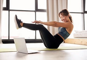 femme-asiatique-faisant-exercice-maison-