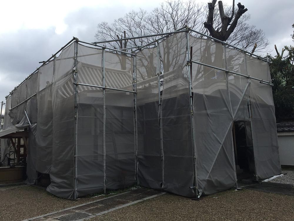 ご参拝の皆様にはご不便をおかけしております。弥勒堂の修復工事 瓦もほとんど出来上がりました。春には完了し足場も外れる事かと思います。