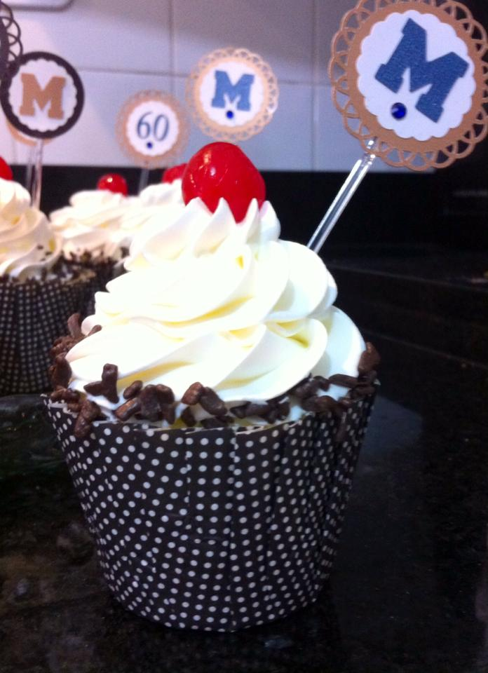 Mini Cupcake Chocolate com chantilly