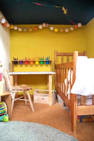Espace sous la mezzanine occupé par un lit à barreau qui sera remplacé par un lit de 70*140. Les deux frères auront comme un lit superposé