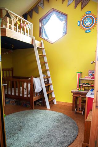 Chambre des enfants. Petite mezzanine avec lit 70*140 pour un petit garçon de 3 ans.
