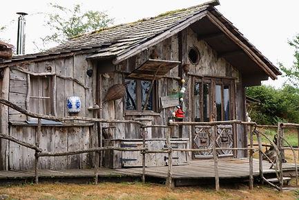 La Cabane du Pêcheur vue 1 La Ferme Histoires Melangees cabane bois insolite confort nature cabanes perchees Sexcles Correze France