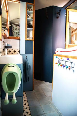Espace lavabo et rangement.