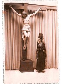 Pilar Cánovas posando con un busto de Navas Parejo en mayo de 1941
