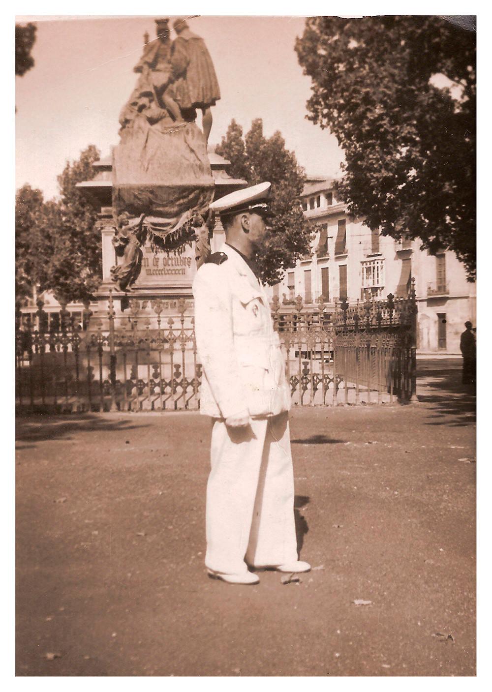 José Navas Parejo con el uniforme de Jefe Provincial de la Obra Sindical de Artesanía de Granada