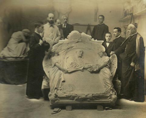 Parte de la junta del Centenario del Padre Suárez examinando la lápida en mármol en el taller, antes de proceder a su colocación