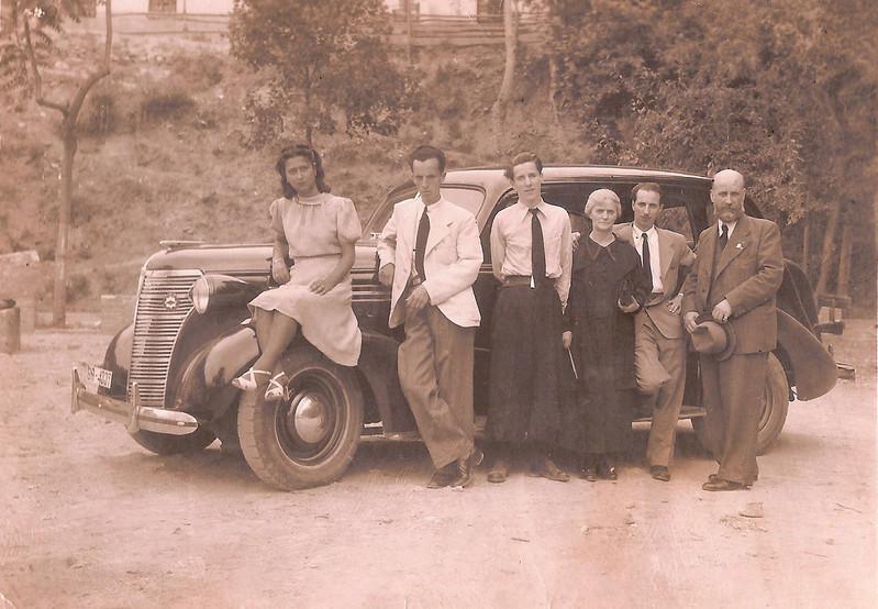 Parte de la familia Navas Parejo con su nuevo Chrysler, 1941