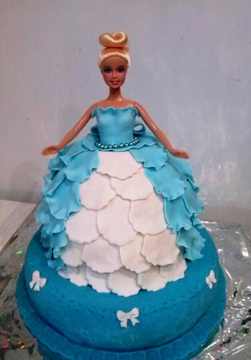 Кукла на торте