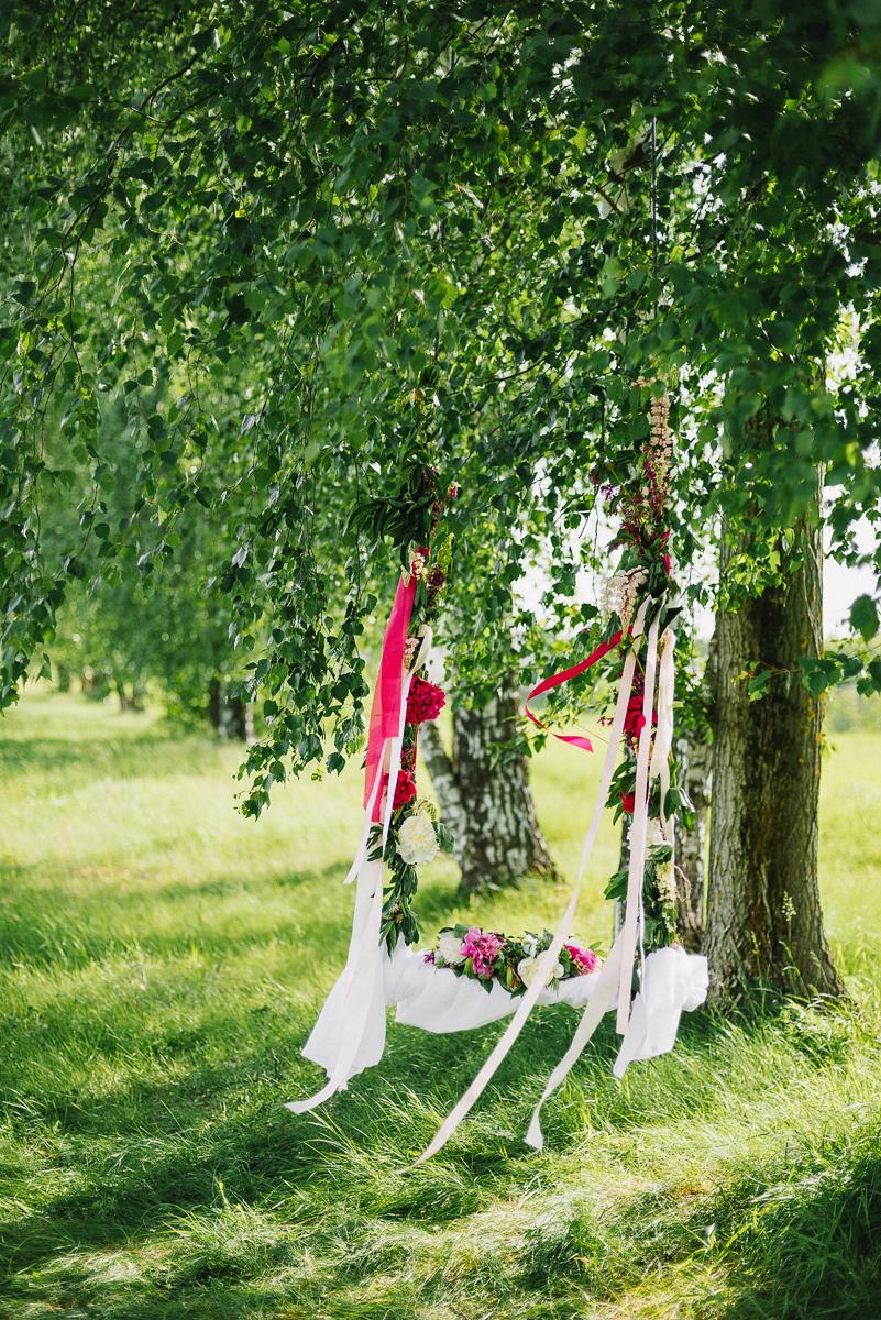 Качели, украшенные цветами и лентами