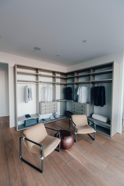 Closet o armario abierto, sostenible y elegante.