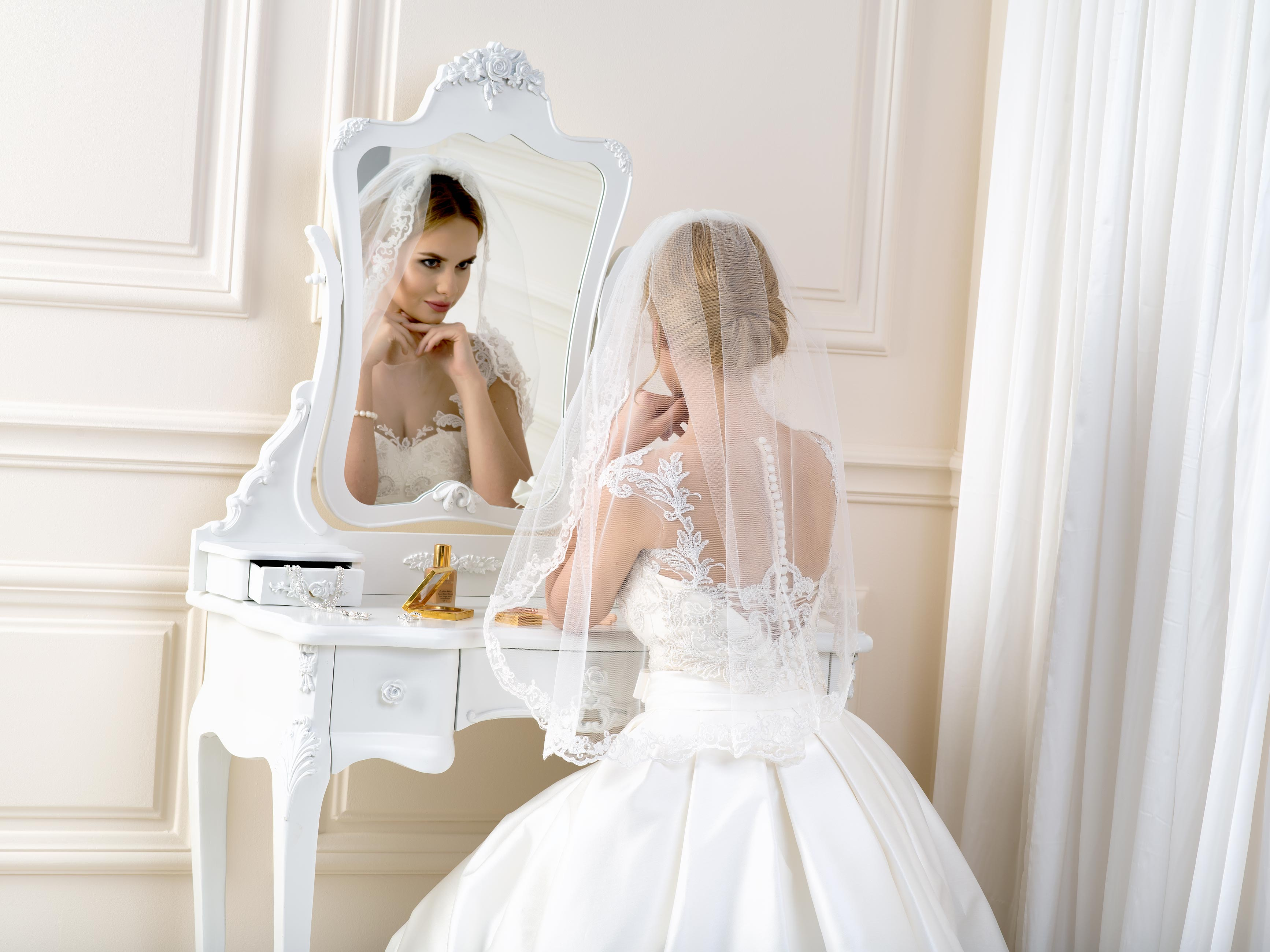 Lace edge wedding veil LV107