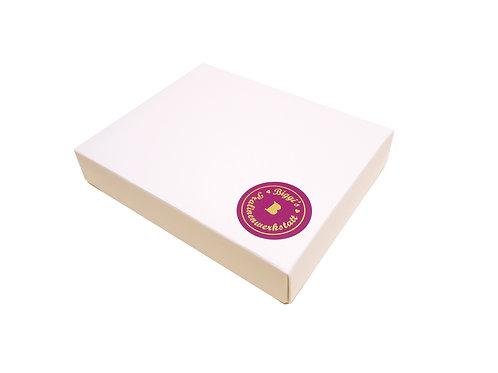 Pralinenmischung in einer weißen Schachtel