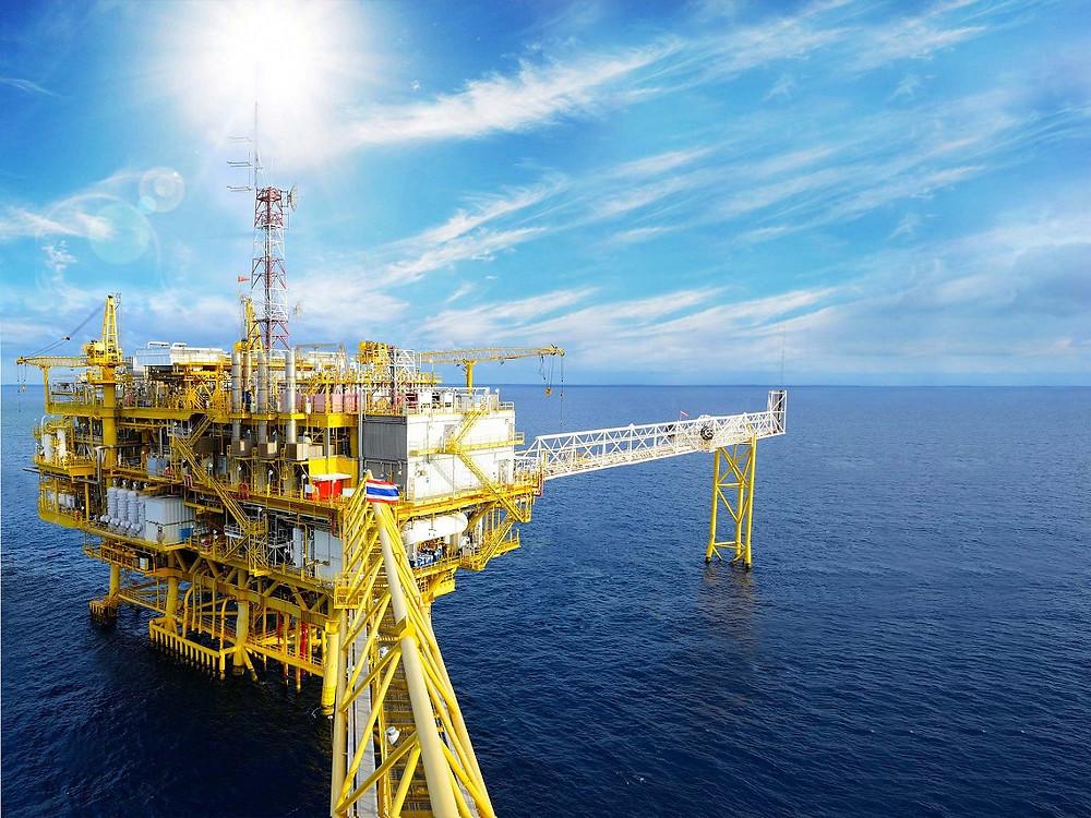 Inspeção visual com drone de corrosão e de soldas em ponte de plataforma de petróleo offshore