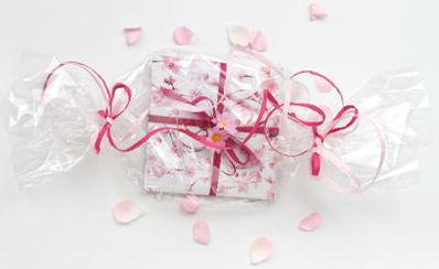 Was gibt es schöneres als Zeit zur Entspannung und für die Schönheit zu verschenken - liebevoll verpackte Gutscheine für Behandlungen bei Martina Lodi - Kosmetik in Rheinfelden
