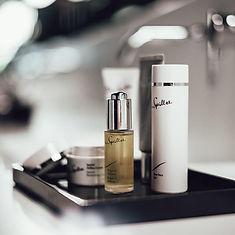 Pflegende Bio-Kosmetik bei der Behandlung, Hautpflege auf höchstem Niveau.